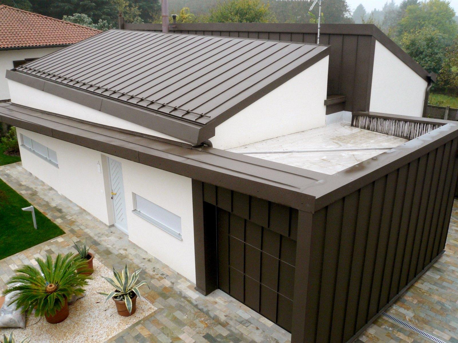 Un garage con portone sezionale personalizzato accoglie e for Portone garage usato