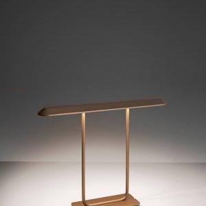 Tempio di Artemide è la nuova lampada da tavolo, design Atelier Oï, che si ispira alla forma dei tetti degli antichi tempi giapponesi. É interamente realizzata in alluminio pressofuso disponibile in tre colori: oro, rosso e arancio. www.artemide.com