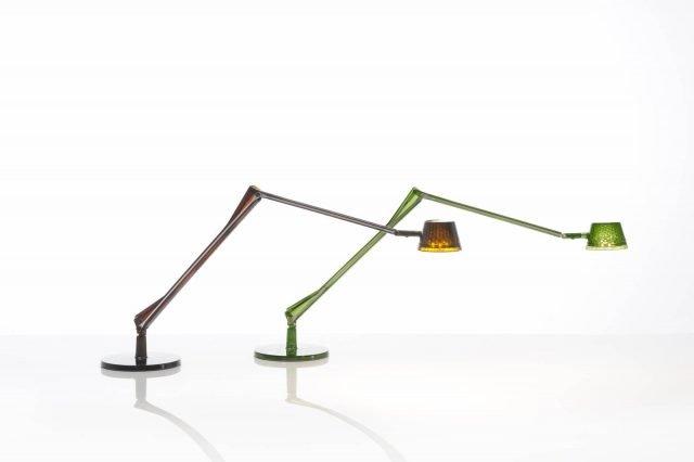 Aledin di Kartell è la nuova lampada da tavolo a Led dotata di un lungo braccio snodato dotato di due stecche in alluminio, con la funzione di conduttore, al posto dei fili; la testa luminosa ha un piccolo cono sfaccettato come paralume. La struttura é realizzata in policarbonato trasparente. www.kartell.com