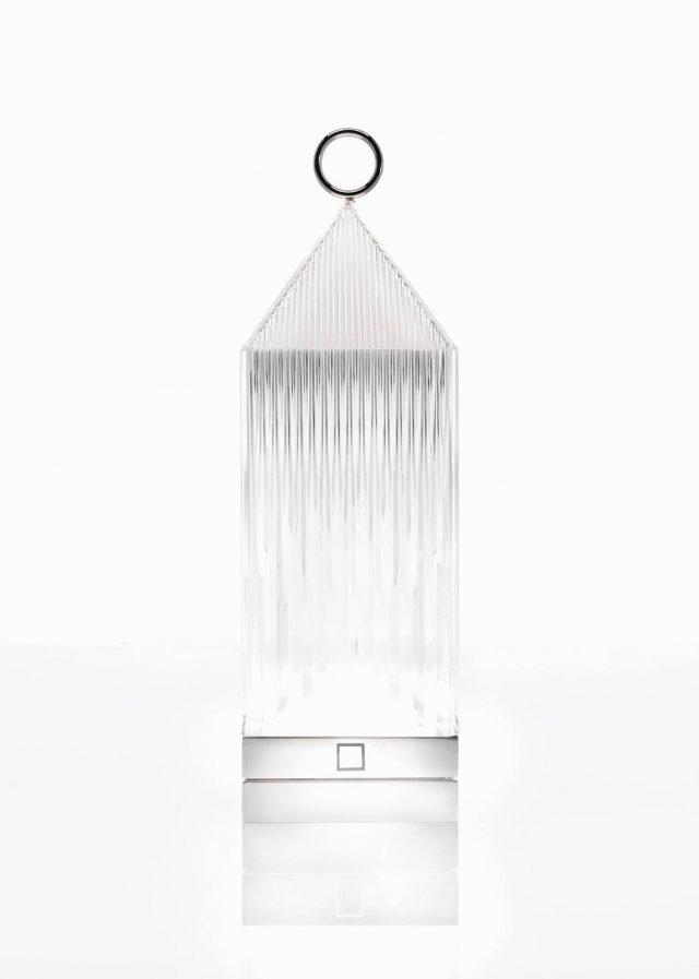Lantern di Kartell è la nuova lampada portatile a Led disegnata da Fabio Novembre: è una lanterna trasparente che si ricarica semplicemente appoggiandola su una base conduttrice. La luce è proiettata grazie ad un effetto grafico del design. É disponibile in cinque colorazioni: Ambra, Cristallo, Fumè, Rosso e Glicine. www.kartell.com