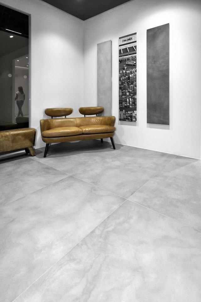 I pavimenti in gres porcellanato con effetto cemento hanno for Grandi pavimenti del garage