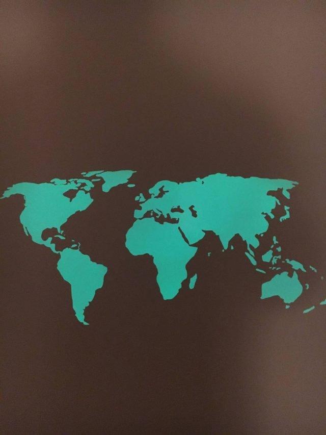"""Mappa del mondo fluorescente, fosforescente di Fluostyle. Dotata di """"application tape"""" che accumula la luce di giorno e la rilascia di notte è realizzato con vinile luminescente di 3M™. Il prodotto non è tossico, è ideale anche per le camerette dei neonati. Misura 55 x 28 cm; prezzo 19,96 euro. www.fluostyle.it"""