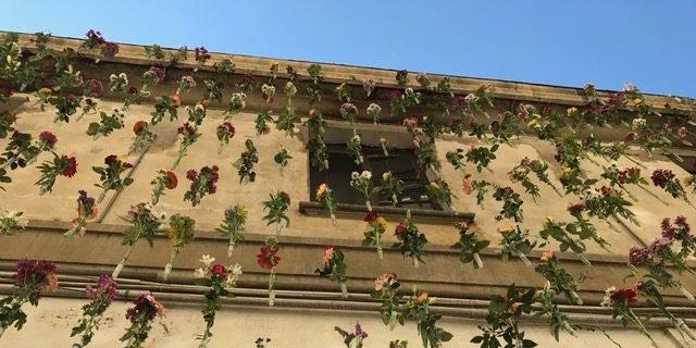 La facciata con i fiori sospesi
