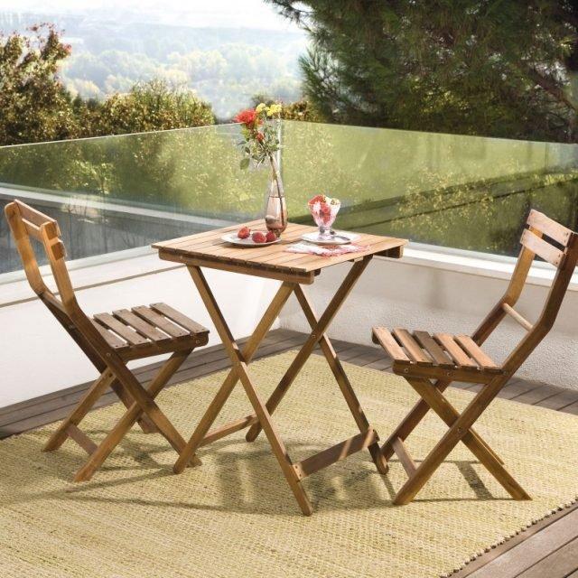 Il set Porto di Leroy Merlin è in acacia. È composto da tavolo alto quadrato 55 x 55/55 cm con piano in legno e 2 sedie. Prezzo 60 euro. www.leroymerlin.it