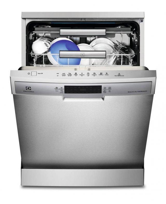 L'allacciamento diretto all'acqua calda di rete della lavastoviglie ESF 8720 ROX di Electrolux consente un risparmio fino al 35% di energia, poichè il riscaldamento non avviene utilizzando le resistenze interne dell'apparecchio. In classe A+++, consuma 11 litri di acqua a ciclo, è per 15 coperti e è dotata di programma che determina automaticamente la migliore temperatura e durata di lavaggio. Misura L60xP61xH85 cm. Prezzo 997 euro. www.electrolux.it