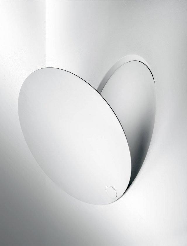 Caveau di Icone Luce è la nuova applique che fonde insieme le caratteristiche di un faretto e quelle di una lampada: è formata da un disco sottile che, chiuso, aderisce perfettamente alla parete, una volta aperto invece permette di regolare la luminosità variando l'angolazione di apertura (da 0° a 90°). Monta un circuito a Led ed è dotata di apertura automatizzata. Misura ø 32 cm. www.iconeluce.com