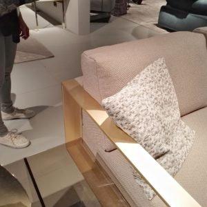 Dettaglio del divano Bag con finitura ottone