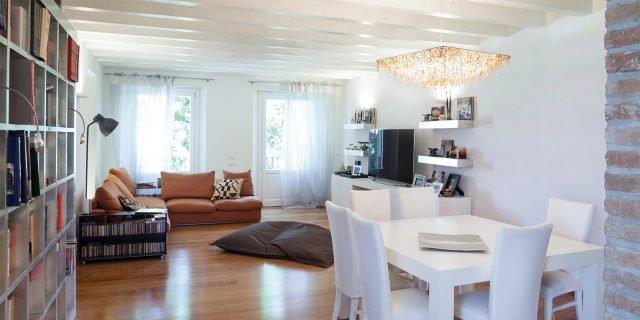 Una casa con la mansarda adibita a zona notte cose di casa for Divano x cucina