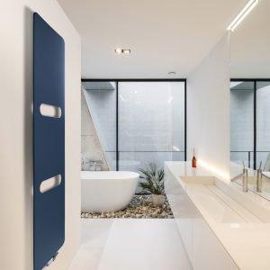 ONI, radiatore Vasco in alluminio ultrasottile, nella versione con fori portasciugamani. Ideale per l'utilizzo nella sala da bagno, in cucina o in ambienti dedicati al relax.