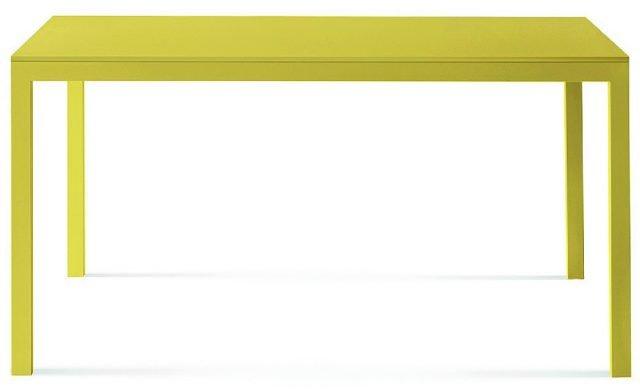 Ha una linea semplice, ma belle proporzioni: la struttura è in metallo verniciato, il piano è in legno laccato opaco in tante varianti di colore. Sosia di Lema misura L 220 x P 90 x H 71,5 cm e costa 1.050 euro. www.lemamobili.it