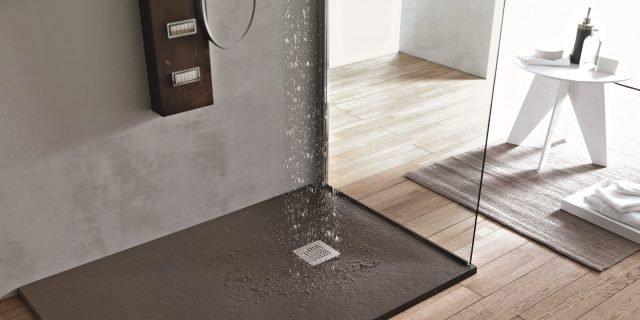 Piatti doccia: a filo pavimento e non, con forme, misure e colori a volte personalizzabili