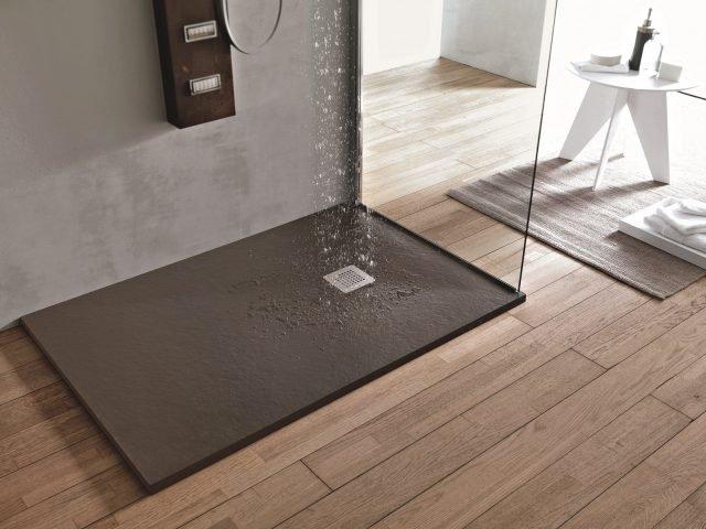 A filo pavimento o d appoggio i piatti doccia si presentano con un appeal moderno e colori di - Piatto doccia sassi ...