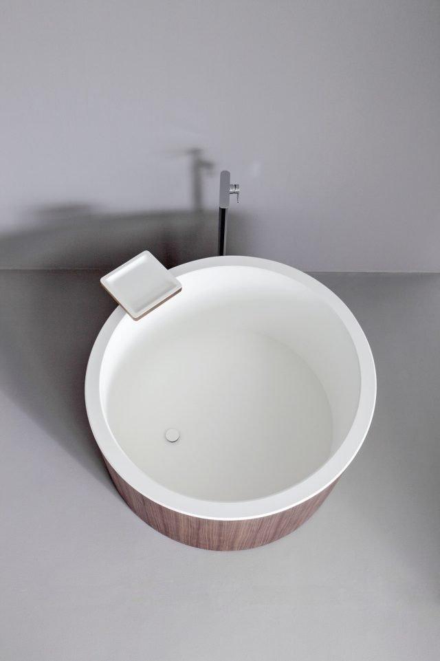 È composta di una lastra in Corian® DuPont™ la vasca Dressage di Graff accoppiata al legno massello. Di forma rotonda è pensata per il posizionamento al centro della stanza da bagno. Misura L 120 x H 70 cm. Prezzo su richiesta. www.graff-faucets.com/it