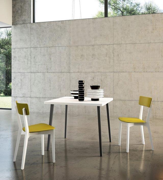 Ha il piano in melaminico bianco che crea un elegante contrasto con le gambe a sezione quadrata realizzate in legno nella finitura Grafite. Leeds di Arredo3 misura 90 x 90 x H 75 cm. Prezzo su richiesta. www.arredo3.it