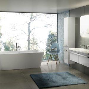La vasca a libera installazione dalle morbide geometrie della collezione Tonic II di Ideal Standard è pensata per essere posizionata anche al centro stanza. Misura L 180 x P 80 cm. Prezzo 1.991 euro. www.idealstandard.it