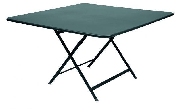 Lamiera d'acciaio e base in tubolare ovale per il tavolo che, grazie a una verniciatura a polvere anti-Uv, è adatto anche per uso esterno. Caractere di Fermob Misura 128 x 128 x H 73 cm e costa 670 euro. www.fermob.com
