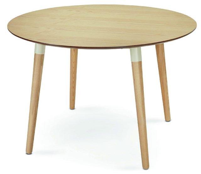 D'ispirazione scandinava, il tavolo in legno di frassino ha dettagli bianchi sulle gambe che impreziosiscono la struttura: elegante nella sua semplicità. Edelweiss di Made.com misura Ø 110 x H 74 cm e costa 329 euro. www.made.com