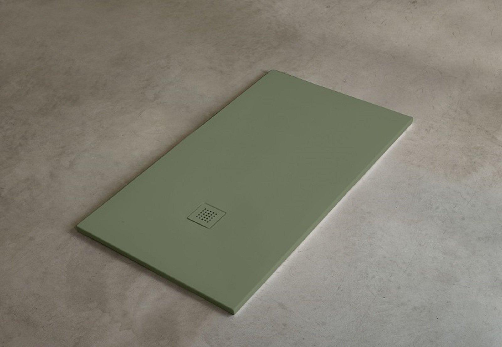A filo pavimento o dappoggio i piatti doccia si presentano con un