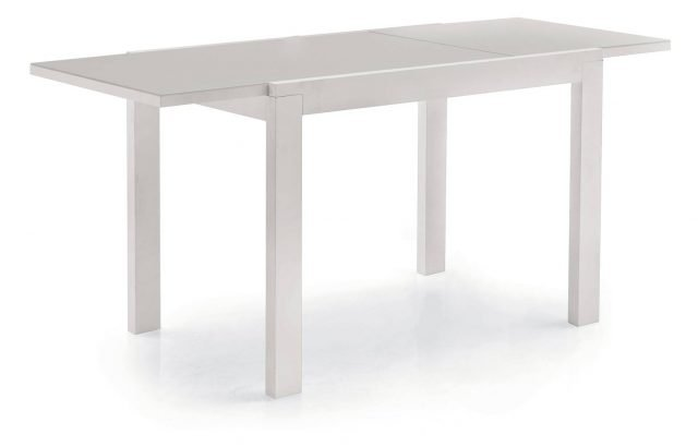 Versatile in total white, ha il piano in vetro temperato extrachiaro e le gambe in faggio laccato bianco. Artù di Aran Cucine misura L 130 /230 x P 90 x H 76 cm e costa 1.109 euro. www.arancucine.it