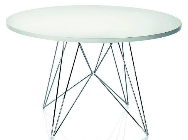 """Ha il piano in mdf bianco il tavolo con base """"scultorea"""" in tondino d'acciaio cromato o verniciato. Minimal, sta bene anche in una cucina in legno. XZ3 di Magis misura Ø 120 x H 74 cm e costa a partire da 597 euro. www.magidesign.com"""
