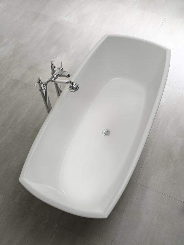 Ha angoli netti e bordo pulito la vasca freestanding Pembroke di Victoria + Albert in Quarrycast®. Misura L 176,5 x P 79,8 cm. Prezzo, Iva esclusa, 2.976 euro. www.vandabaths.com