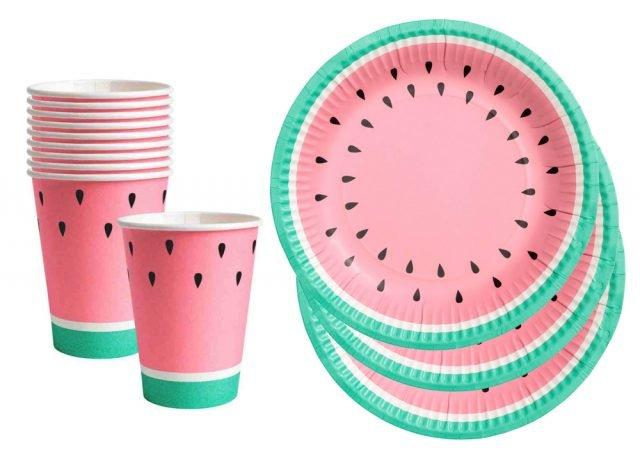Piatto (diametro di 18 cm) e bicchiere di H&M Home con stampa color Watermelon. Prezzo 2,99 euro, sia per il piatto sia per il bicchiere. www.hm.com
