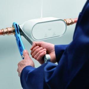 Grohe Sense Guard, installato tra le tubazioni idriche principali, è in grado di rilevare le micro-perdite e interrompere automaticamente l'erogazione dell'acqua in caso di guasti alle tubature.