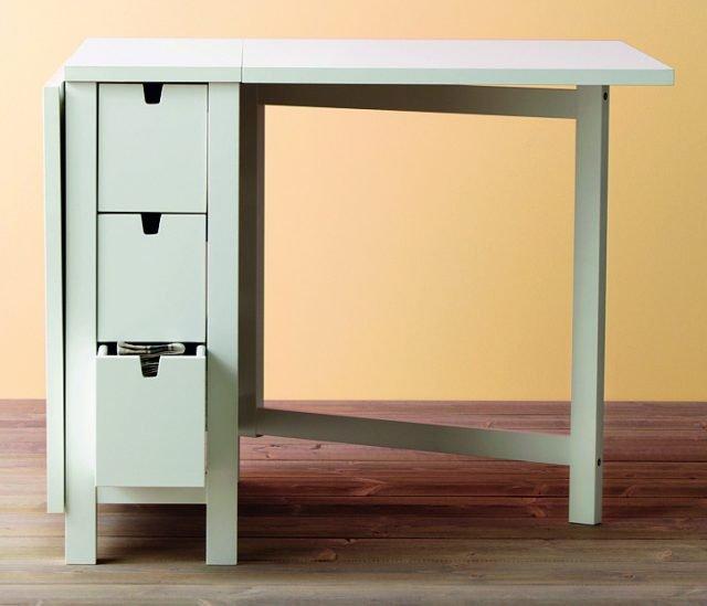 Multifunzionale, il tavolo ospita da due a quattro persone, mentre i sei cassetti permettono di riporre posate e tovaglioli. Norden di Ikea misura L 26/89/152 x P 80 x H 74 cm e costa 149,90 euro. www.ikea.it