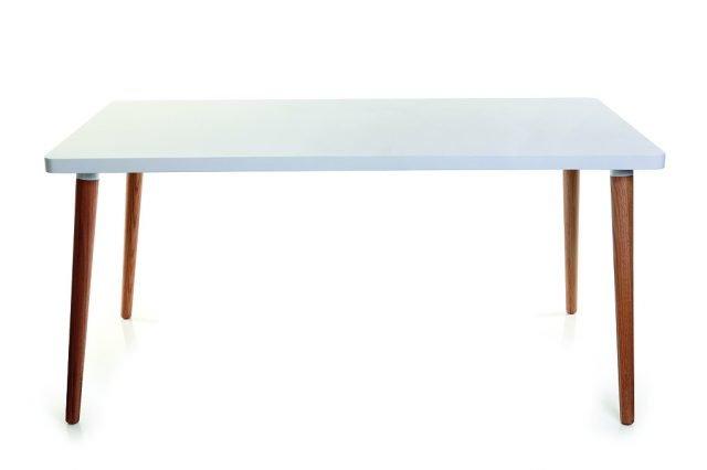 """Gambe in rovere e piano in mdf laccato bianco per il tavolo """"leggero"""", a dispetto delle dimensioni importanti. Totem di Miliboo misura L 160 x P 90 x H 76 cm e costa 347,25 euro. www.miliboo.it"""