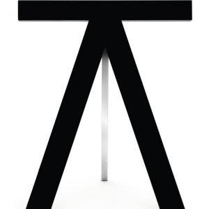 I cavalletti pieghevoli My Pony di Opinion Ciatti (www.opinionciatti.com) in legno massello laccato antigraffio e metallo cromato sono perfetti per un tavolo rettangolare; misurano L 39 x P 60 x H 73 cm e in set da due costano 788 euro