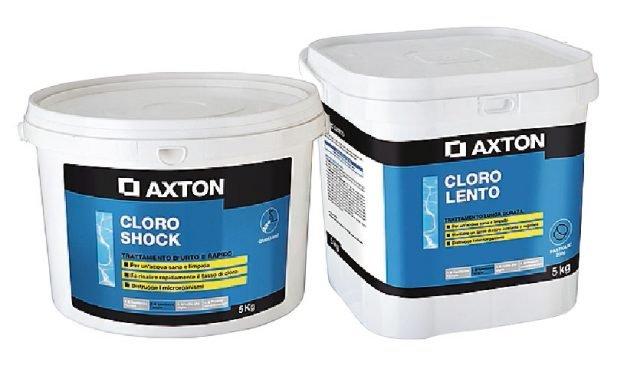 L'acqua della piscina deve essere trattata con il prodotto giusto. Come Cloro Shock granulare Axton a dissoluzione rapida e Cloro Lento pastiglie Axton a dissoluzione lenta. Per la confezione da 5 kg, entrambi costano 34,95 euro.