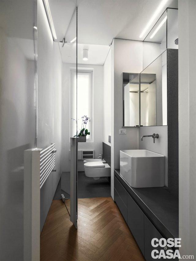 110 mq con una parete in vetro per dividere soggiorno e corridoio e con la cabina armadio dietro - Bagno e cabina armadio ...
