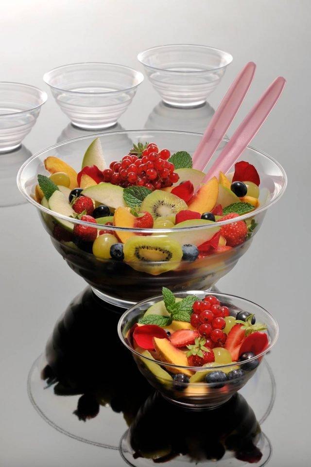 Kristal di Bama è la linea di insalatiere per la tavola dell'estate interamente realizzate in policarbonato atossico e certificato per alimenti, un materiale robusto, lucente e trasparente. Sono disponibili in tante misure diverse, da ø 14 x H 6,5 cm e ø 32 x H 14,5 cm, per realizzare appetitose insalate di verdura o di frutta. Prezzo a partire da 1 euro. www.bamagroup.it