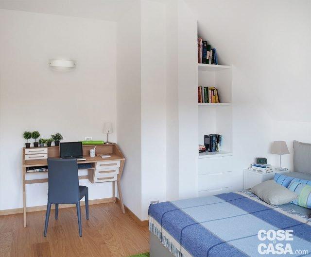 Cucina a vista sul soggiorno nel sottotetto con terrazzi a tasca cose di casa - Camera da letto con libreria ...