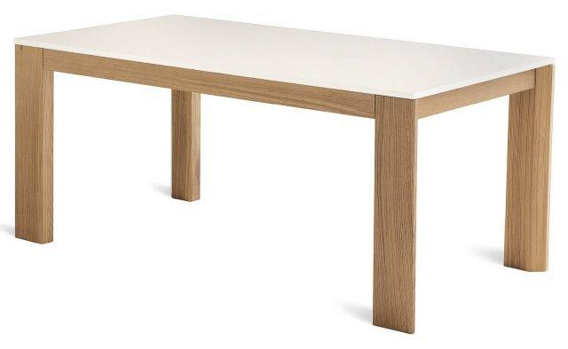 Forma solida con gambe realizzate in massello di legno chiaro: il tavolo ha il piano disponibile nelle versioni impiallacciato o quarzo. Cosp di Veneta Cucine misura L 160 x P 90 x H 72,5 cm e costa 1.564 euro (la versione base). www.venetacucine.com