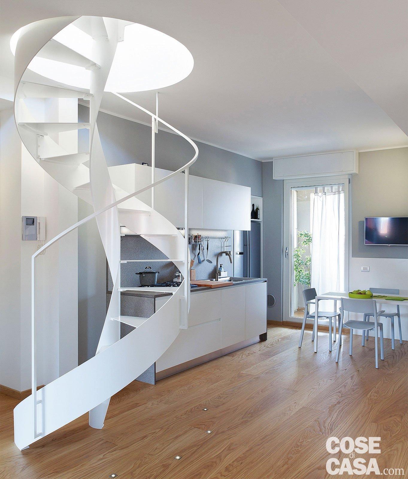 Cucina a vista sul soggiorno nel sottotetto con terrazzi a - Scala soggiorno ...