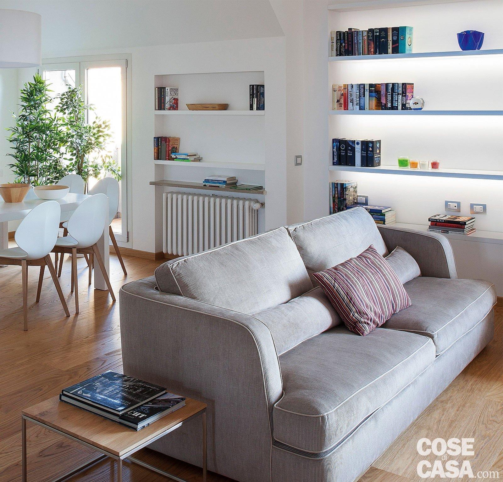 Cucina a vista sul soggiorno nel sottotetto con terrazzi a tasca cose di casa - Tavolo per divano ...