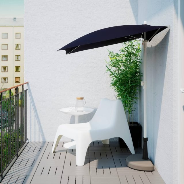 Bramsön/Flisö di Ikea è l'ombrellone adatto ai balconi o ai terrazzi di piccole dimensioni: la base dimezzata di calcestruzzo e il fusto di acciaio decentrato permettono di collocarlo senza problemi contro una parete o una ringhiera, guadagnando spazio utile. Regolabile in altezza, ha il cappello di poliestere con fattore di protezione dai raggi solari 25+ che permette di bloccare il 96% dei raggi ultravioletti. Misura L 160 x H 157/237 x P 100 cm. Prezzo39,90 euro. www.ikea.com