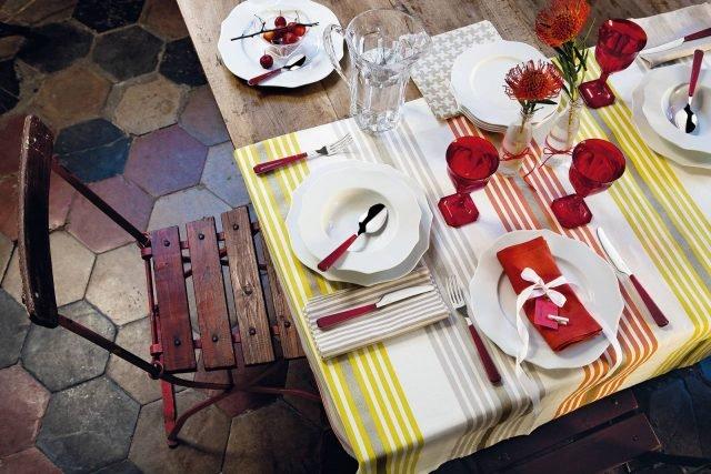 """Belle Epoque di Fratelli Guzzini è il set per la tavola dell'estate caratterizzato da un design classico e elegante. Ne fanno parte i piatti realizzati in porcellana candida, il set da 18 pezzi, prezzo 120 euro. I calici coordinati sono realizzati in materiale acrilico rosso rubino, prezzo 7,50 euro cad. Le posate hanno il manico in materiale acrilico rosso e sono lavabili in lavastoviglie; il set da 24 pezzi, prezzo 62 euro. w HYPERLINK """"http://Www.fratelliguzzini.com/""""ww.fratelliguzzini.com"""