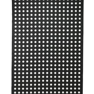 Da tagliare a misura, il tessuto con rivestimento acrilico è facile da pulire: si può passare con un panno o lavare in lavatrice. Lialotta di Ikea (www.ikea.it) con pois bianchi su fondo nero, alto 145 cm al metro costa 8,99 euro
