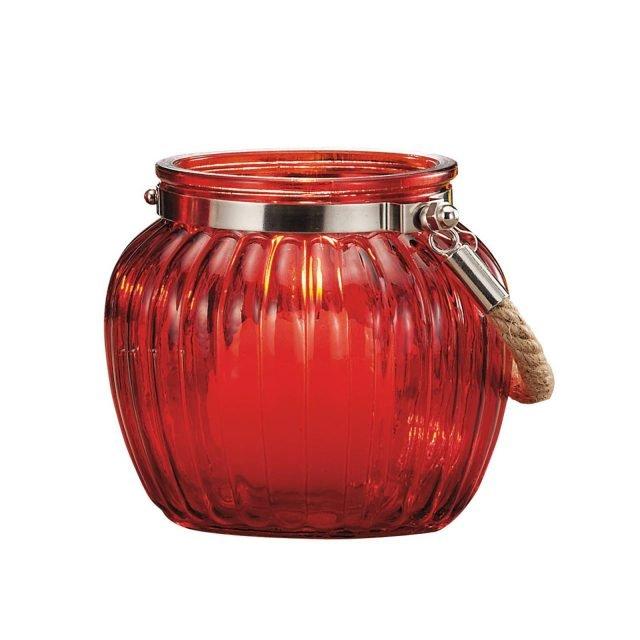 """Boris di Leroy Merlin è la lanterna portacandela per la tavola dell'estate: può essere sistemata, da sola o in grupppo, sul tavolo per romantiche cene. É  realizzato in vetro rosso, disponibile in altre varianti di colore, e ha il manico in corda. Misura ø 11 x H 11 cm. Prezzo 4,90 euro.  HYPERLINK """"http://www.leroymerlin.it/""""www.leroymerlin.it"""