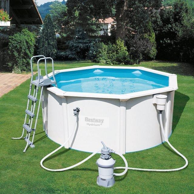 Fuoriterra, rigida e di forma ottagonale, la piscina Hydrium misura diametro 300 cm ed è alta 120 cm. È realizzata in acciaio ed è dotata di pompa con gruppo filtrante a sabbia. Costa 499 euro.