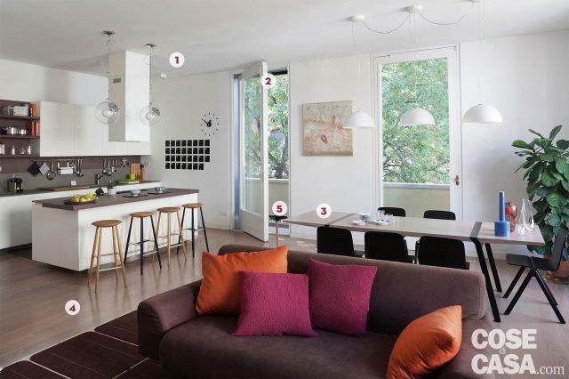 Una casa con il soggiorno open space che diventa pi for Siti di arredamento casa