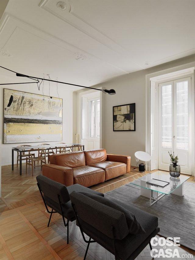 110 mq con una parete in vetro per dividere soggiorno e for Parete attrezzata con divano