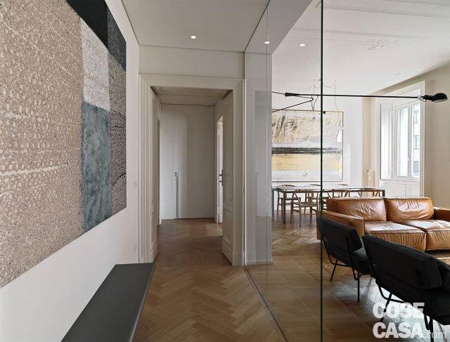 110 mq con una parete in vetro per dividere soggiorno e for Armadi da soggiorno