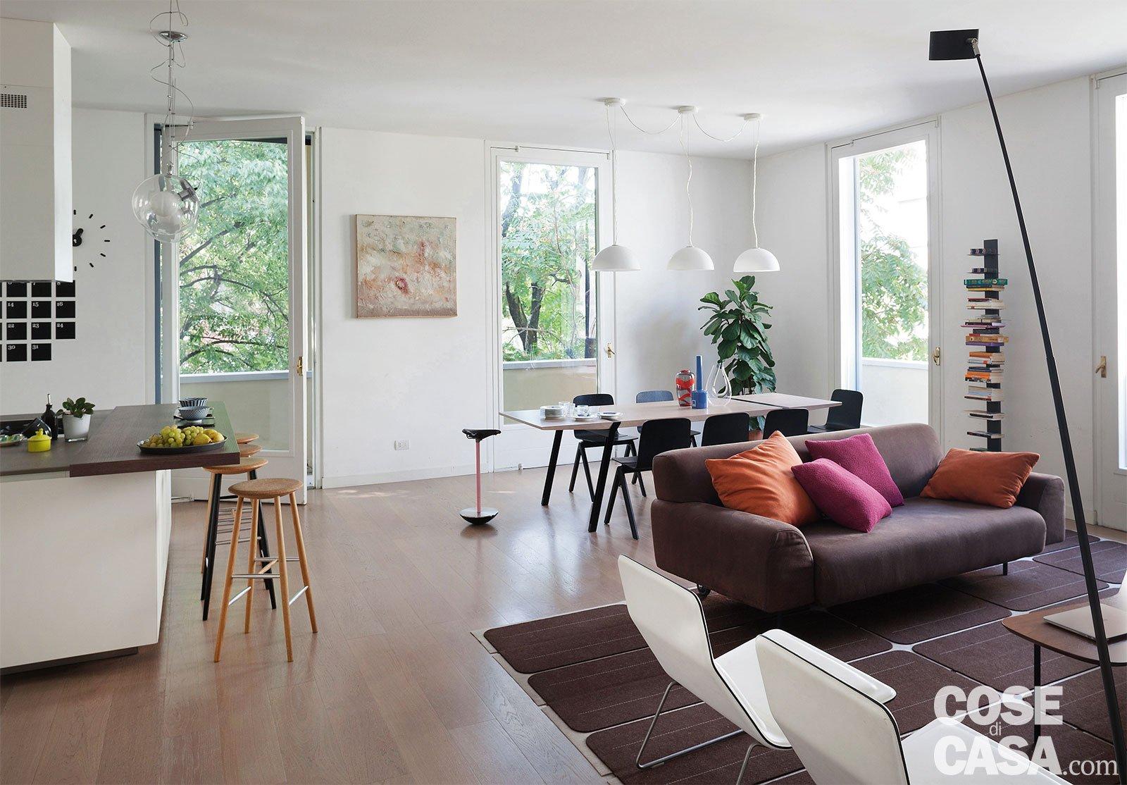 Una casa con il soggiorno open space che diventa più grande e un ...