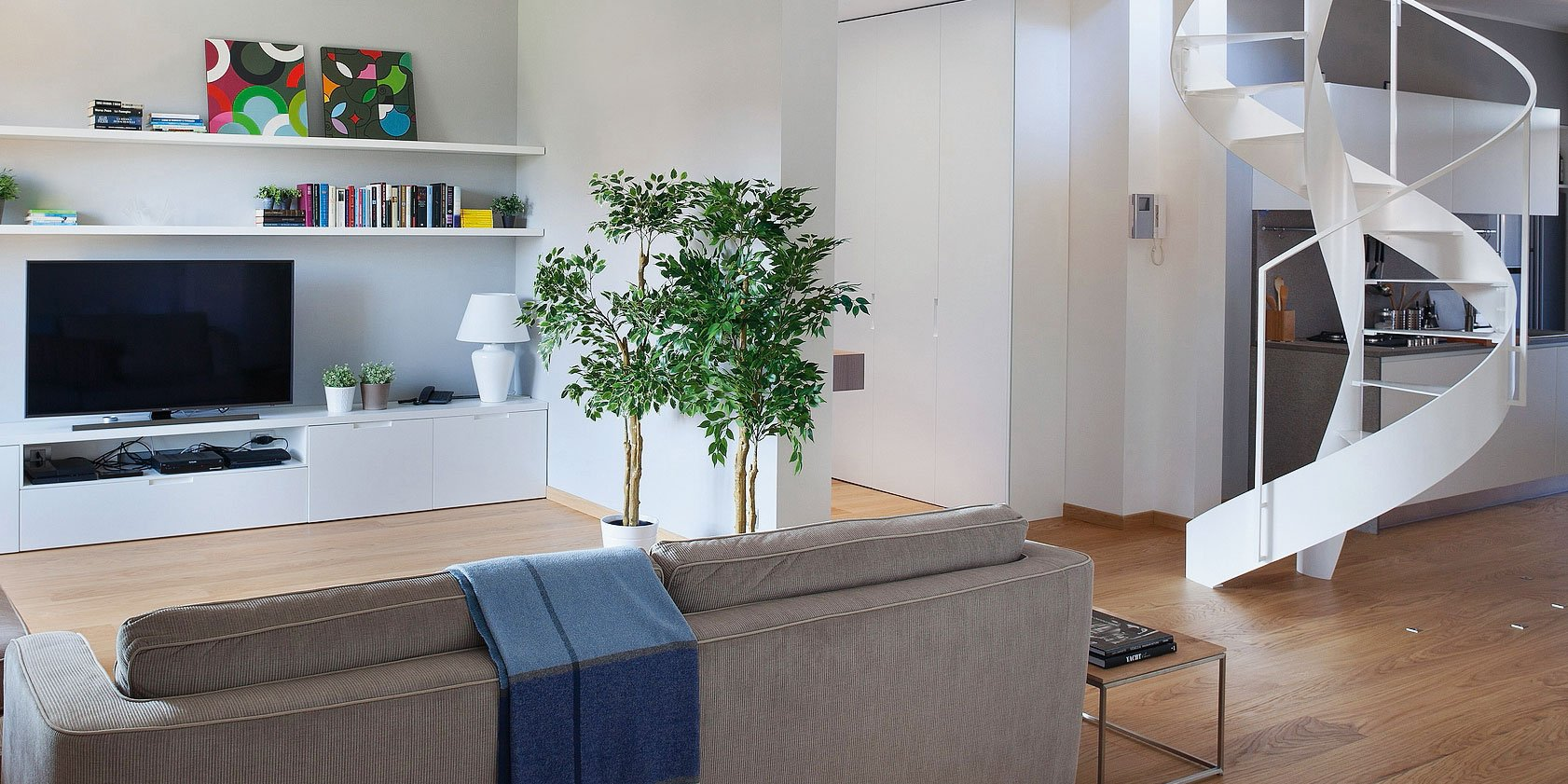 Cucina a vista sul soggiorno nel sottotetto con terrazzi a for Piani di casa rustici con soppalco