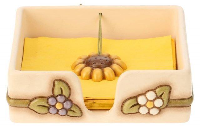 """Country di Thun è il portatovaglioli per la tavola dell'estate: è realizzato in ceramica colorata nelle tonalità pastello ed è dotato di un grande fermatovaglioli antivento a forma di girasole. Misura L 20 x H 20 cm. Prezzo 44,90 euro.   HYPERLINK """"http://www.thun.com/""""www.thun.com"""
