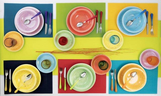 """Collezione Spray di Villa d'Este Home Tivoli è il set di stoviglie per la tavola dell'estate: i piatti sono realizzati in Hard Dolomite e sono decorati da schizzi di colore in contrasto. Il set da 18 pezzi, formato da piatti piani, fondi e da frutta, prezzo 85,60 euro. I bicchieri Acapulco sono realizzati in vetro colorato soffiato a bocca e sono impreziositi dalla presenza di bolle, prezzo a partire da 6,50 euro cad.  Le posate Goccia hanno una forma affusolata e il manico in metacrilato in sei varianti di colore; la lama in acciaio inox. Il set da 24 pezzi, disponibili in colori assortiti o in tinta unita, prezzo 36 euro.  w HYPERLINK """"http://Www.villadestehometivoli.it/""""ww.villadestehometivoli.it"""