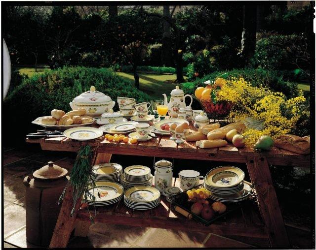 Collezione French Garden Fleurence di Villeroy & Boch è la serie di stoviglie per apparecchiare la tavola dell'estate: sono realizzate, con uno stile country classico, in pregiata porcellana Premium decorata da frutti estivi come limoni e ciligie. Ne fanno parte la zuppiera, la teiera con le tazze, la zuccheriera, le coppette per il gelato, le scodelle, la salsiera, il piatto ovale… non manca nulla! Il piatto piano misura ø 26 cm, prezzo 27,90 euro. www.villeroy-boch.it